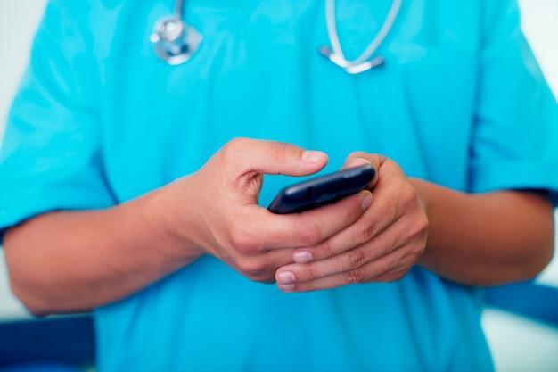 Lekarz wysyłający sms-y na telefon komórkowy