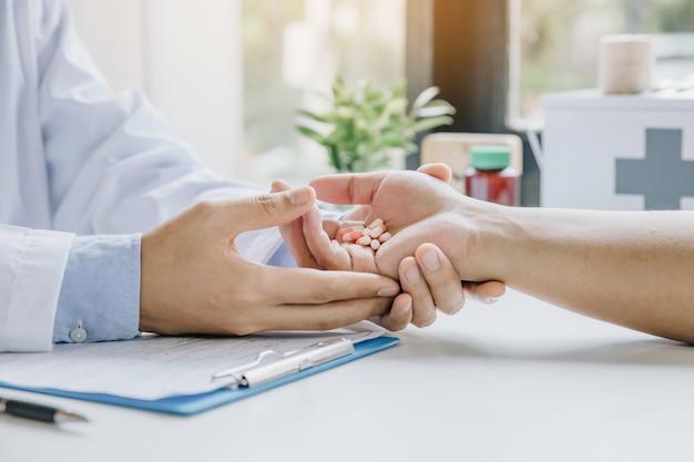 Lekarz wziął lek dla pacjenta i zalecił metody leczenia w gabinecie lekarskim