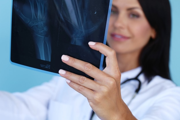 Lekarz z białym szlafrokiem i stetoskopem