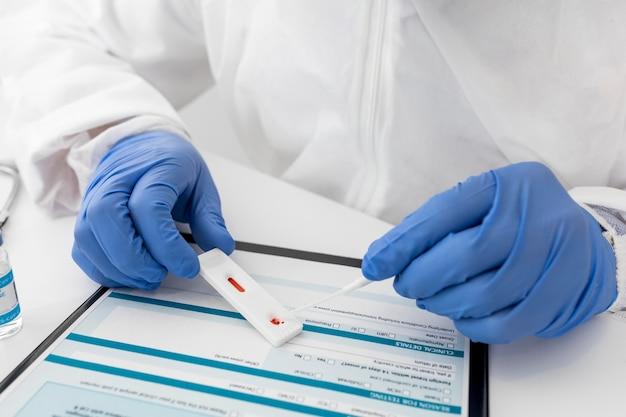 Lekarz z bliska sprawdza test covid