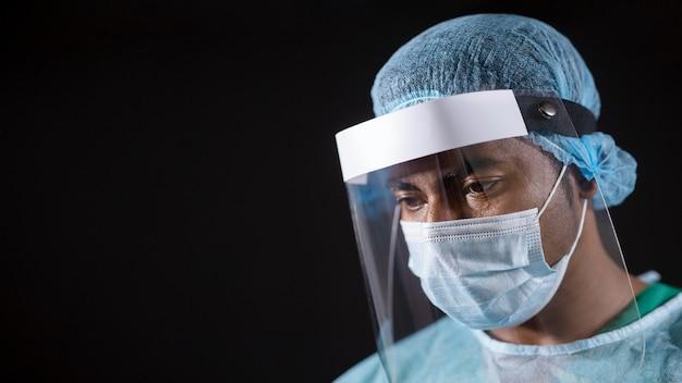 Lekarz z bliska z ochroną