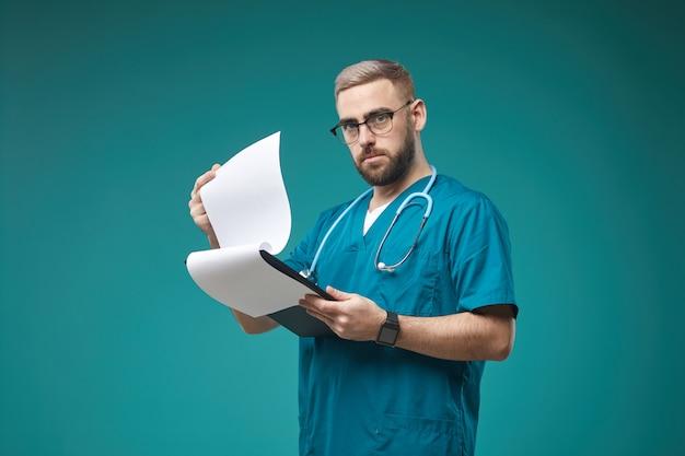 Lekarz z dokumentacją medyczną