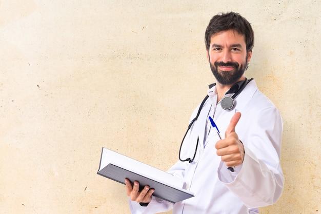 Lekarz z kciukiem do góry na białym tle