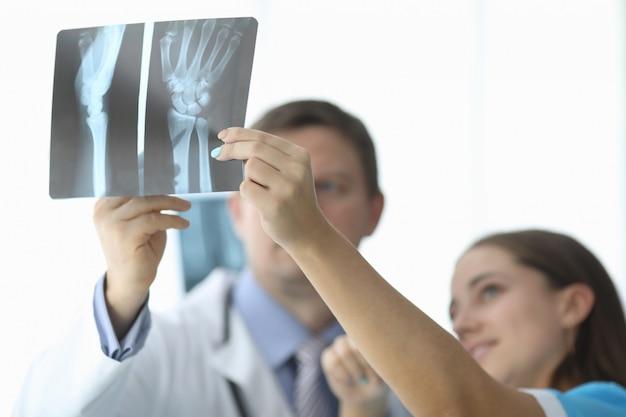 Lekarz z kolegą w szpitalu