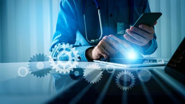 Lekarz z kołem zębatym, koncepcja inteligentnej technologii, całodobowa opieka medyczna i wynalazek szczepionki do leczenia chorób pandemicznych.