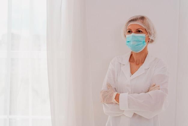 Lekarz z maską na twarz i rękawiczkami przeciwko wirusowi covid