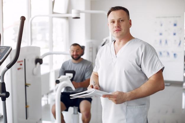 Lekarz z pacjentem w poradni fizjoterapeutycznej