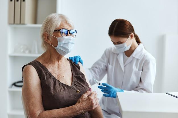Lekarz z paszportem covid pacjenta z wstrzyknięciem strzykawki