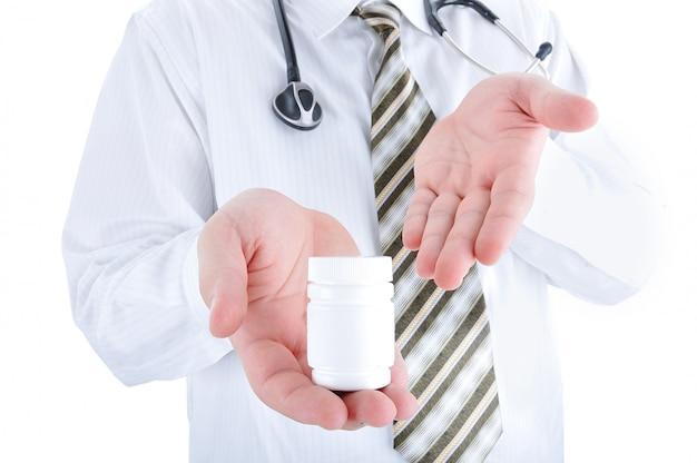 Lekarz z pigułki w ręku