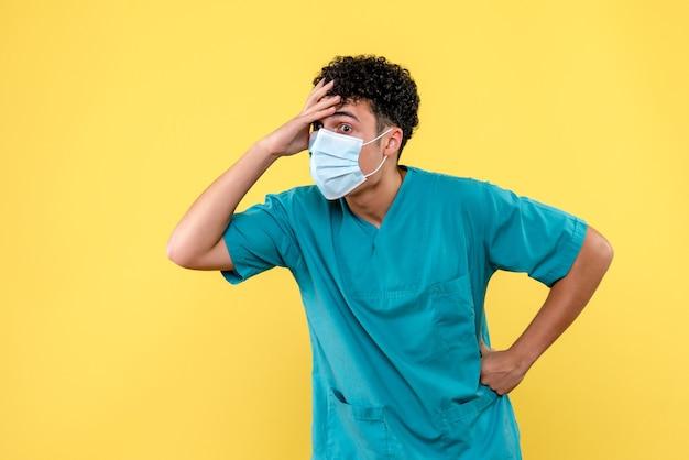 Lekarz z przodu lekarz jest zaskoczony stanem zdrowia pacjentów