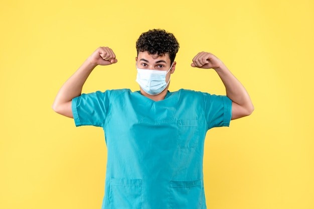 Lekarz z przodu lekarz lekarz jest pewien, że może wyleczyć pacjenta koronawirusem