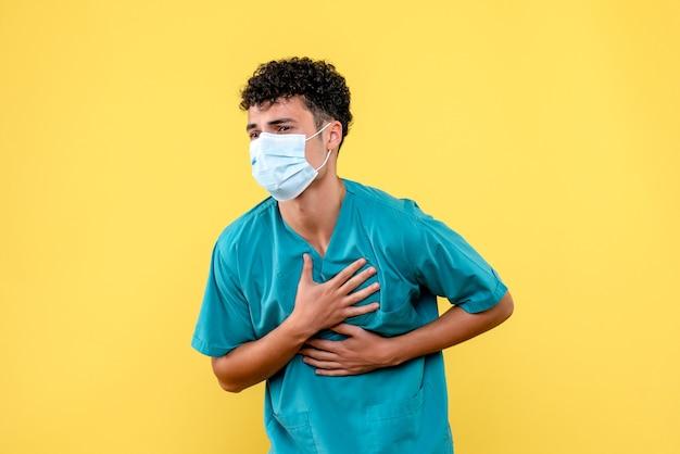 Lekarz z przodu lekarz ma straszny ból serca