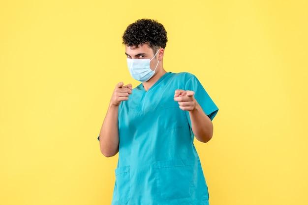 Lekarz z przodu lekarz mówi o skutkach ubocznych leków