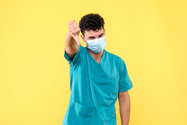 Lekarz z przodu lekarz mówi o wadach leków