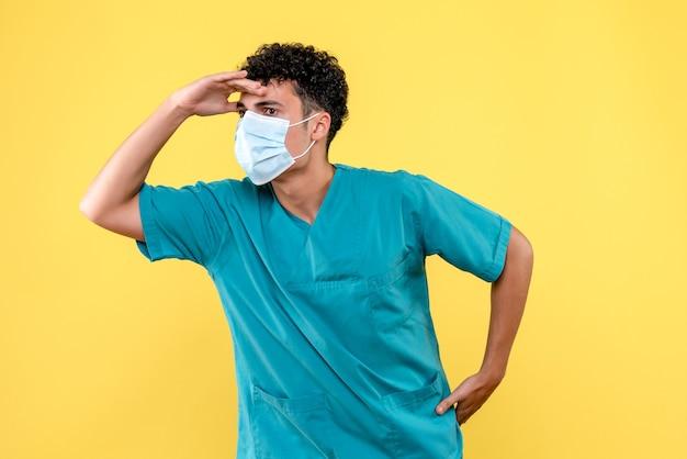 Lekarz z przodu lekarz myśli o konsekwencjach zakażenia koronawirusem