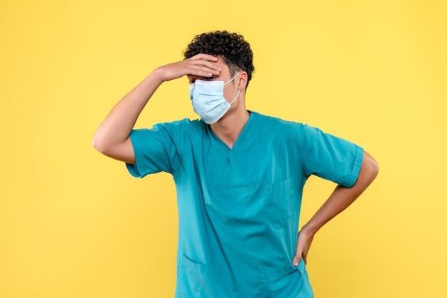 Lekarz z przodu lekarz myśli o negatywnych konsekwencjach kwarantanny
