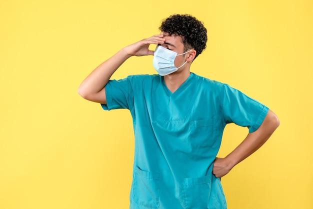 Lekarz z przodu lekarz myśli o sytuacji covid-