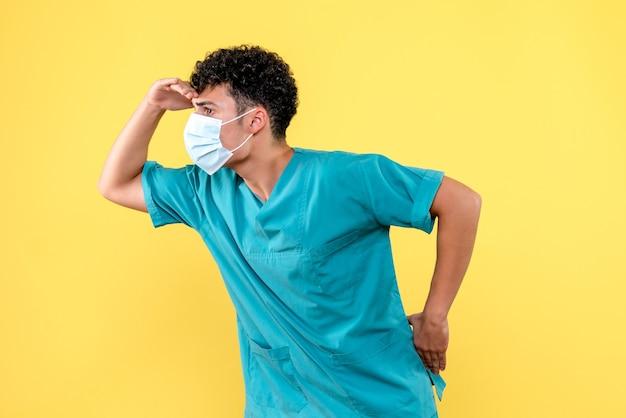 Lekarz z przodu lekarz myśli o sytuacji z koronawirusem