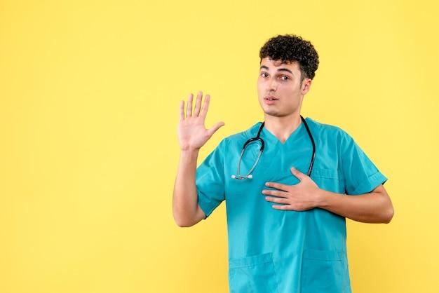 Lekarz z przodu lekarz obiecuje, że wyleczy wszystkich pacjentów w szpitalu