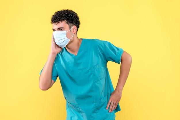 Lekarz z przodu lekarz omawia sytuację z covid- z kolegami