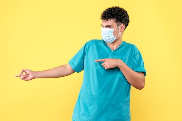 Lekarz z przodu, lekarz omawia z kolegami sytuację z pandemią covid
