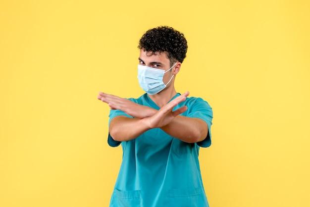 Lekarz z przodu lekarz ostrzega ludzi o negatywnych konsekwencjach kwarantanny