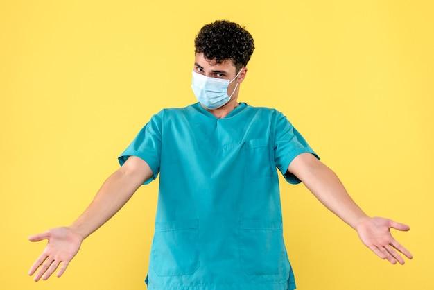 Lekarz z przodu lekarz w masce jest zdziwiony, że rozpoczęła się kwarantanna