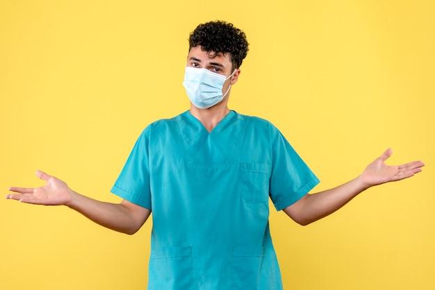 Lekarz z przodu lekarz w masce mówi o konsekwencjach koronawirusa