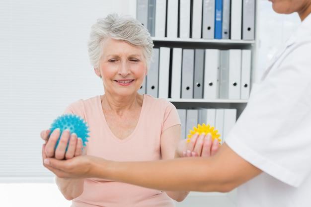 Lekarz z starszy pacjent za pomocą piłki buster stres
