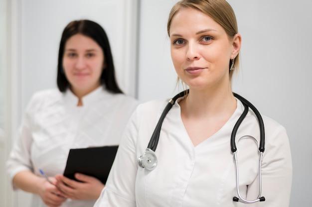 Lekarz z stetoskopem w pomieszczeniu