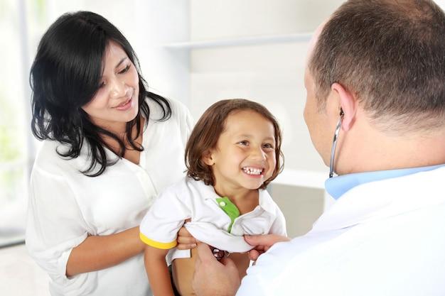 Lekarz z uśmiechem dziecko