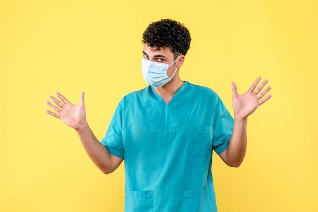Lekarz z widokiem z przodu, lekarz w masce, mówi, jak zbadać koronawirusa