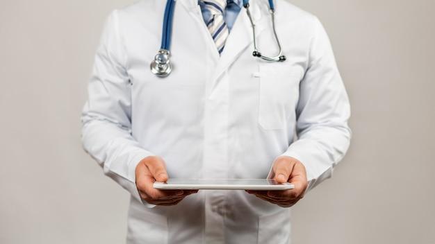 Lekarz za pomocą tabletu i sprawdź za pomocą analizy chromosomu dna osoby genetycznej na interfejsie wirtualnym.