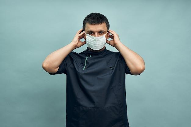 Lekarz zakłada maskę ochronną przeciwko covid-19