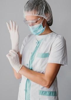 Lekarz zakładający rękawiczki chirurgiczne