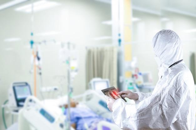 Lekarz założył osobiste wyposażenie ochronne ochrona przed wirusami leczenie pacjenta zapalenie płuc zapalenie