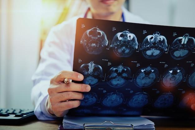 Lekarz ze skanami mózgu mri (xray)