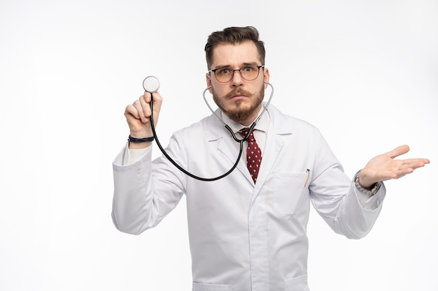 Lekarz ze stetoskopem w dłoni, koncepcja opieki medycznej