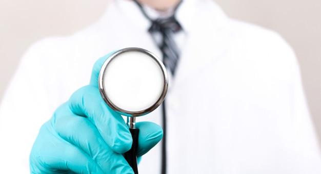 Lekarz ze stetoskopem w rękach