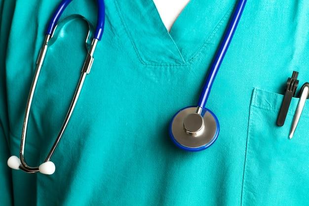Lekarz ze stetoskopem zwisającym z szyi w widoku z bliska