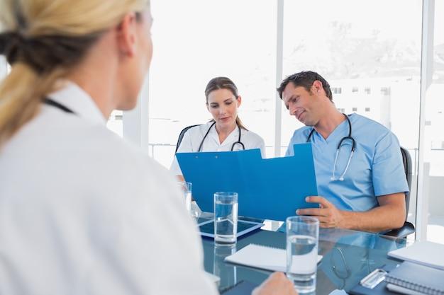 Lekarze badając foldery
