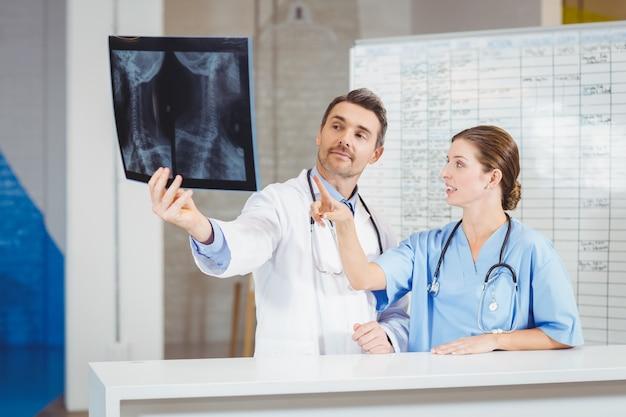 Lekarze badający promieniowanie rentgenowskie według mapy