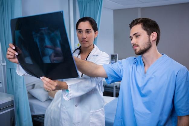 Lekarze badający promieniowanie rentgenowskie