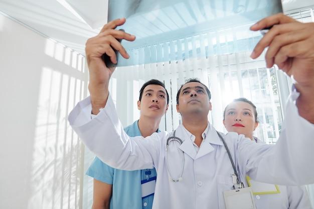 Lekarze badający prześwietlenie