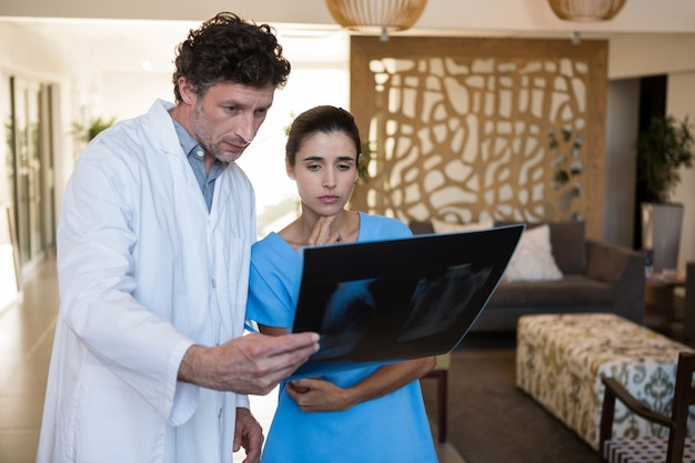 Lekarze badający zdjęcie rentgenowskie
