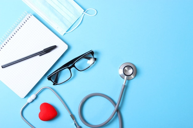 Lekarze biurko widok z góry zestaw różnych akcesoriów dla lekarzy