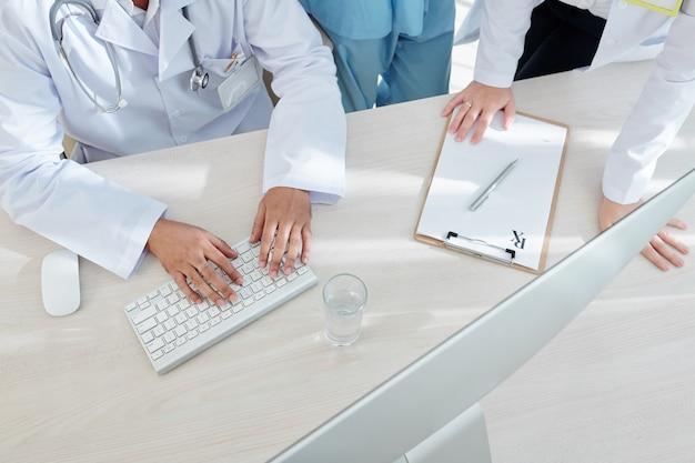 Lekarze czytający e-maile dotyczące zagrożenia epidemią