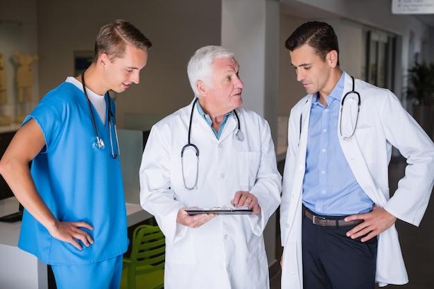 Lekarze dyskutuje nad schowkiem