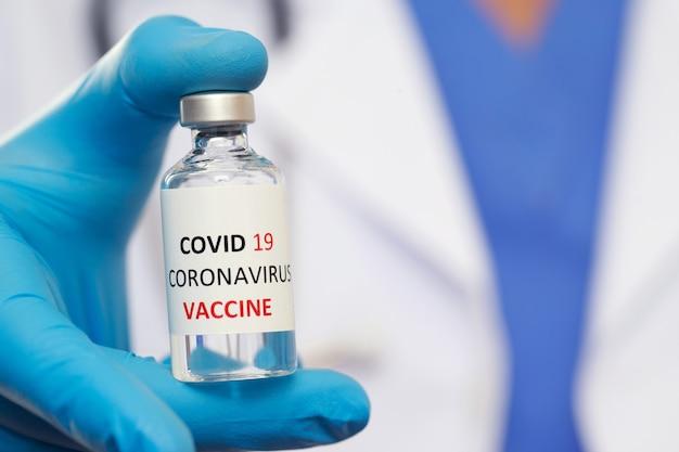 Lekarze gotowi do szczepienia przeciwko covid-19 w celu zbudowania odporności