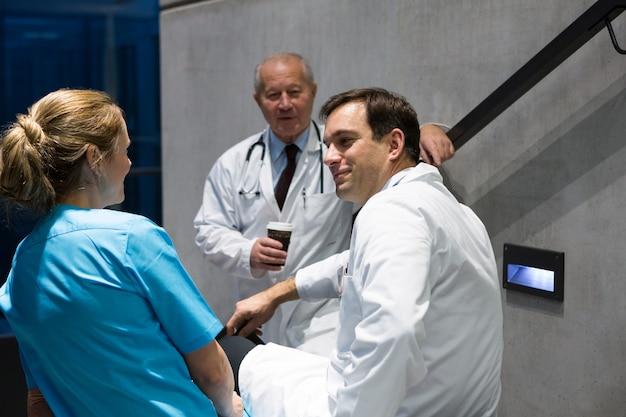 Lekarze i chirurdzy współdziałają ze sobą na klatce schodowej
